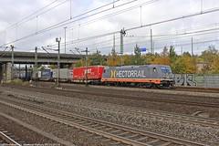 """Hectorrail 241.005 """"Solo"""" am 29.10.2016 mit einem KLV in Hamburg-Harburg (Eisenbahner101) Tags: eisenbahner101 traxx traxxbombardier bombardier br185 hectorrail hector hctor solo 241005 klvzüge sattelauflieger vandieren samskip güterzug train freighttrain deutschland germany hamburg hamburgharburg"""
