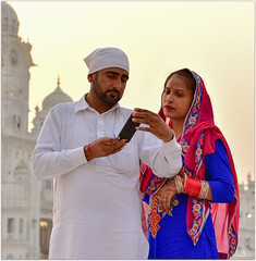 Séance selfies avec nous ! Selfies session with us ! (Make our PLANET great again !) Tags: inde india punjab amritsar templedor golden temple gens people smartphone selfies nikon