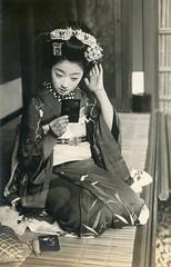 A Maiko Fixing Her Hair 1910s (Blue Ruin 1) Tags: maiko apprenticegeisha kyomaiko kyotoapprentice geiko geisha kanzashi gionmatsuri japanese japan 1910s meijiperiod taishoperiod tomigiku