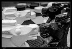 Juego de ajedrez (Montse Estaca) Tags: italia italy friuliveneziagiulia palmanova ajedrez chess scacchi caballo tablero knight board goardgame juego piezas pezzi pieces cavallo lluvia rain pioggia gotas drops agua water acqua gocce bw bn bianco blanco black negro nero white streetphotography fuji fujixt1 scacchiera