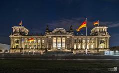 Reichstag (Explore 17-1-2018) (JoseQ.) Tags: edificio alemania berlin arquitectura cielo noche banderas bundestag gobierno