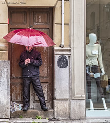 Al riparo dalla pioggia (alessandrochiolo) Tags: sicilia siciliabedda street streetphoto sky sicily streetphotography colori clouds colours city fujix30 fuji fujifilm