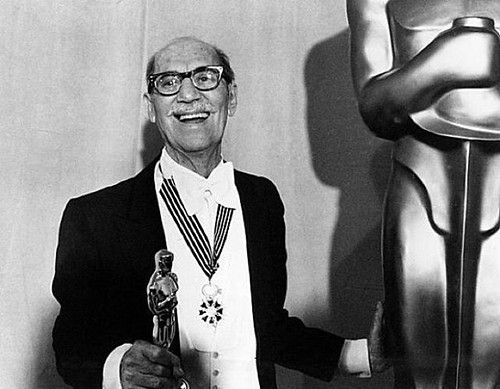 Groucho Marx with his Honorary Oscar for Lifetime Achievement, 1974 Groucho's French Order of Arts and Letters buff.ly/2FPY4oh #GrouchoMarx #Groucho