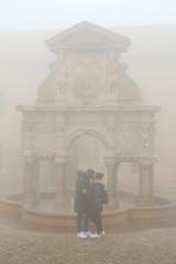 Beso en Baeza (arapaci67) Tags: baeza pasionphotography people niebla jaen andalucía spain