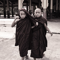 Aprendices de de monje (Nebelkuss) Tags: myanmar mandalay asia burma birmania mingalaba monje monk budista buddhist budismo buddhism niños children fujixt1 fujinonxf23f14