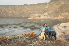 Kodak moment in Monument Coulee (johnwporter) Tags: hiking scramble mountains easternwashington washington desert centralwashington sunlakesdryfallsstatepark statepark coulee umatillarock 徒步 爬行 山 華盛頓東部 華盛頓州 荒漠 華盛頓中部 太陽湖乾瀑布州立公園 州立公園 豐碑深谷 深谷 尤馬蒂拉岩 labrador yellowlab 拉布拉多 黑拉不拉多 黃拉不拉多 monumentcoulee blacklab