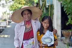 food vendor lady with young customer (the foreign photographer - ฝรั่งถ่) Tags: nov142015nikon food vendor lady young customer wide brimmed hat fish khlong lat phrao portraits bangkhen bangkok thailand nikon d3200