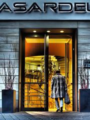 Shopping (alterahorn) Tags: shopping boutique hasardeur münster samstag saturday city stadt architektur tür door gebäude olympus dxo photolab building mzuiko mzuiko25mm olympuspenf