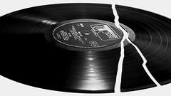 sag nicht, alles wird gut. (ELECTROLITE photography) Tags: record platte schallplatte lp broken alleswirdgut music blackandwhite blackwhite bw black white sw schwarzweiss schwarz weiss monochrome einfarbig noiretblanc noirblanc noir blanc electrolitephotography electrolite vinyl