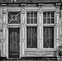 Boekhorststraat, Den Haag (Ivan van Nek) Tags: boekhorststraat denhaag zuidholland nederland thenetherlands paysbas dieniederlande nikond7200 d7200 nikon architecture blackandwhite nb noiretblanc schwarzweis zwartwit ramenendeuren doorsandwindows urbandecay
