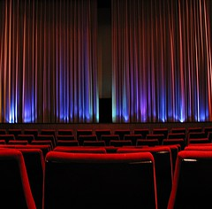 kino_sitze_sitzplaetze_rot_schwarz_sitzreihe_vorhang_violett (Maquarius) Tags: kino cinema ochsenfurt theater film bühne vorhang sitze casablanca