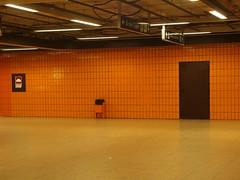 Something orange (mkorsakov) Tags: dortmund nordstadt hafen ubahn haltestelle fliesen tiles orange minimal leer empty mülleimer trashcan