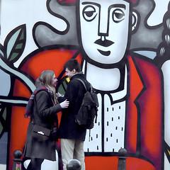 """Un amour """"Léger"""" (_ Adèle _) Tags: bruxelles bozar musée beauxarts mur fresque exposition fernandléger amoureux passants"""