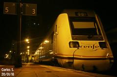 598.008 (FerrOnuba) Tags: tren renfe 598 automotor noche diesel oscuro estacion huelvatermino huelva nublado destino trenes via anden 3