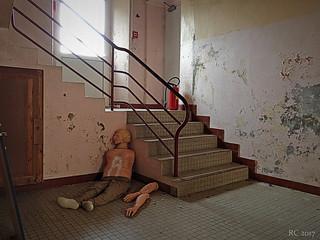 Le cadavre dans l'escalier.