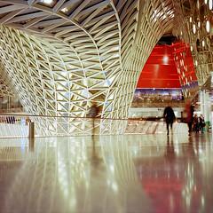 Schemen des Konsums (derChambre) Tags: kodakportra400 shotonfilm analog einkaufszentrum langzeitbelichtung architektur yashicamat124g konsumtempel weis rot menschen 007
