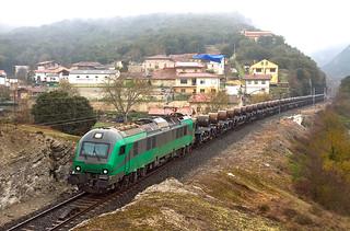 Tramesa Bilbao Mercancías-Aranda de Duero con las nuevas plataformas a su paso por Subijana/Morillas