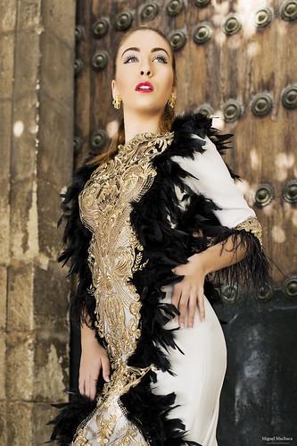 09 Vestido de fiesta de fiesta blanco con plumas negras y dorado