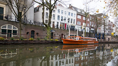 Oranje (HansPermana) Tags: utrecht netherlands niederlande nederland kanal canal water reflection city cityscape citycenter oldtown autumn 2017 november holland boat oranje