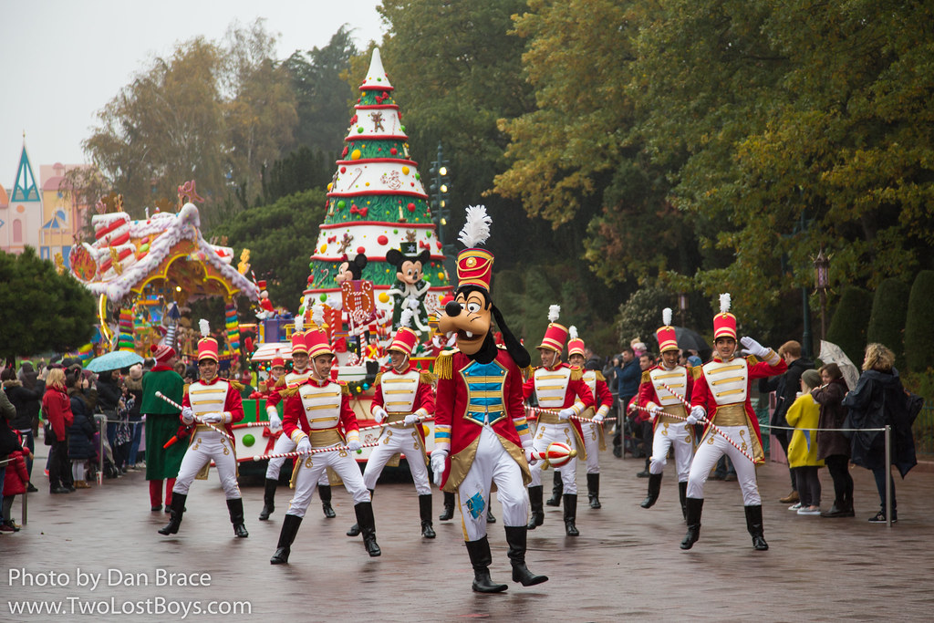 disneys christmas parade at disney character central