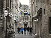 Callejones de Dubrovnik (Bonsailara1) Tags: dubrovnik croacia croatia callejón alley ropas colgada hanging clothes gang friends amigos calle street paseo stroll