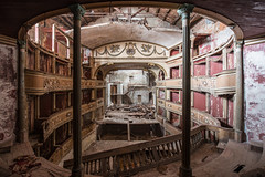 Climb over your f...ing head... (Rommel il lungimirante) Tags: ruins old decaying simmetry luoghiabbandonati vergessen olvivado cc2017 singleraw wideangle nikkorlens nikon nofilter nikond750 urbanexploration urbandecay neglected crumbling discarded forgotten lost verlasseneorte iso100 abandoned decay italia italy theatre architecture architettura urbex
