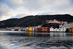 Au bord de Bergen (hi_maimouna) Tags: bryggen bergen norway scandinavia water harbor bay mountain cloudy sky