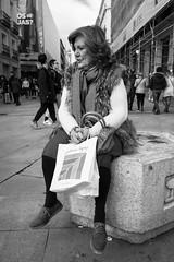 _DSF8381 (Antonio Balsera) Tags: bw bn callepreciados gente sentada madrid comunidaddemadrid españa es