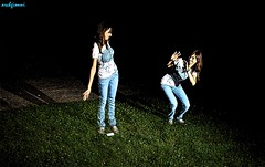double (archgionni) Tags: raqgazza girl amica friend foto picture notte night luce light ombra shadow doppia double prato erba grass verde green jeans