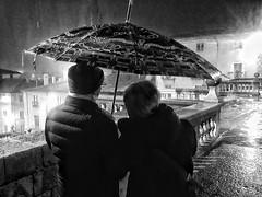 Plou ... plora  - Rain ... crying (Miquel Lleixà Mora [NotPRO]) Tags: lacalleesnuestracolectivo lacalleesnuestra streetlife street streetphotography streetphoto life plou rain people gent igerscatalunya igersmaresme igersmataro