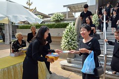 receiving a funeral souvenir (the foreign photographer - ฝรั่งถ่) Tags: supims funeral book mourners souvenir wat prasit mahathat buddhist temple banghen bangkok thailand nikon