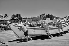 Brasilien 2017-18 Itapirubà Fischer 1 (rainerneumann831) Tags: brasilien itapirubà strand meer fischer boot bw blackwhite blackandwhite ©rainerneumann