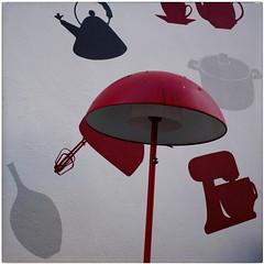 Flying Gadgets (RadarO´Reilly) Tags: geräte gadgets lampe lamp rot red streetphotography street wand wall graffiti iserlohn mk nrw germany