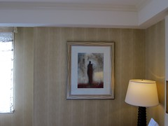 New York (bartholmy) Tags: newyork ny hotel kunst art bild gemälde picture painting hotelart hotelkunst lampe lamp nachttischlampe spiegelung reflection figur figure silhouette tapete wallpaper fenster window vorhang curtain kissen pillow stillleben stilllife naturemorte essexhouse