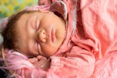 👶🚼Mya - Janvier 2018 - 03🚼👶 (Adrien Adao Photography) Tags: bébé baby rattan basket foot girl redhead box rotin panier pied field rousse boite pink rose fille jolie