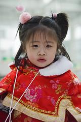 Chinees Nieuwjaar (Mary Berkhout) Tags: maryberkhout chineesnieuwjaar artrium denhaag meisje rood jaarvandehond thehague portret portrait