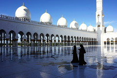 SHEIK ZAYED MOSQUE, ABU-DHABI (UAE), PRAYERS RETORNING HOME. (xaciso) Tags: mezquita abudhabi granpatio pregaria fieles mujeres trajetipico traditionalgarment hiyab niqab teléfonomoóbil celular paseando chiacchierando greatcourt prayers bedouins mainprayersroom greatcentraldome prayingrooms marble inlaysofflowers galleries arches xaciso sonyilce6000 sony ilce6000 arab emirates arabemirates sultan mosque persiancarpet swarovskiscrystal traditions technology sheikzayed couple mobilephone telefonino