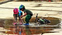 20180217 It's easy to be happy on the UoFA Campus after a winter rain. (lasertrimman) Tags: 20180217 its easy be happy uofa campus after winter rain universityofarizona university arizona children playing