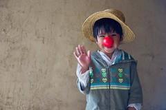 Comunidad Uru de Oruro (Oxfam en Bolivia) Tags: fundacion red nose oruro uru idiomas sombrero campo niño niños sonrisa felicidad feliz retrato cara creación creacion creando arte artista artistas teatro actor actores actriz actrices actuando actuar