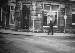 The KING is back... (hobbit68) Tags: street strasse ampel schilder house haus windows person woman frau frankfurt fechenheim blackwhite schwarzweis walk