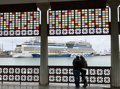 AIDAsol (Miguelángel) Tags: palmasport barco buque crucero cruise liner trasatlántico marquesina laspalmas canarias cruiseintheatlanticislands aida pareja explore explored canaryislands cristalera