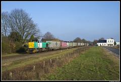 Captrain 1796, Reuver by Björn Nielsen - Sinds de nieuwe dienstregeling per 11 december 2017 heeft Captrain de meermaals per week rijdende intermodale trein tussen het Italiaanse Gallarate en Geleen Lutterade DSM overgenomen van DB Cargo.   Tussen grensstation Venlo en Geleen heeft Captrain de inzet van twee blauw/gele G1206 voorzien. Ivm een aanrijding van deze beide locomotieven tijdens het rangeren in Venlo op 5 januari j.l. is Captrain genoodzaakt tijdelijk de groen/gele 1796 in te zetten.  Op de eerste zonnige zondag sinds de start van deze shuttle bij vervoerder Captrain kon, met een half uur vertraging als gevolg van het tanken, de zeer fraai beladen trein 43660 naar Geleen Lutterade DSM bij het inrijden van Reuver op de foto worden gezet. Even later keerde de zondagsrust weer terug in dit mooie Limburgse dorp.