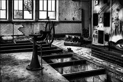Bâtiment en détresse.../ Ship drifting... (vedebe) Tags: abandonné usinedésaffectée decay usine architecture noiretblanc netb nb bw monochrome urbex