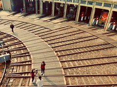 彰化扇形車庫 Changhua Arc Garage - 2 (葉 正道 Ben(busy)) Tags: 彰化 扇形車庫 changhuaˍcounty taiwan 台灣 taiwanˍrailway railway 柴油機關車 dieselˍlocomotive 人 蒸汽火車 steamtrain people changhuaarcgarage 彰化扇形車庫
