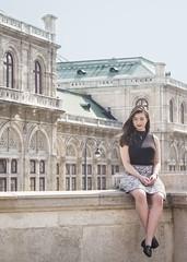 Extraña en Viena, Austria (harold.barahona) Tags: viena austria extraña mujer woman girl niña chica edificio sentada piernas rostro piel skin legs hair cabello building