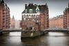 Hamburg, blot denn scheun, wenn dat pladdern deit .... (Beppe Rijs) Tags: germany hamburg hafen speicherstadt wasserschloss schietwedder deutschland wasser fluss elbe stannenfleet gebäude turm himmel stadt fleet