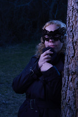 Chica misteriosa en el bosque de noche (Ridire Dorcha) Tags: salamanca spain españa portrait retrato sonya7ii sel70200g february 2018 nocheamericana dayfornight tfcd