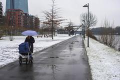 2018ANO_4710-1Spaziergang im Schneeregen (mercatormovens) Tags: frankfurt spaziergängerin kinderwagen weselerwerft mainufer main
