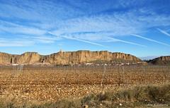 Las viñas y el pueblo (kirru11) Tags: viñas roca peña castillo pueblo paisaje cielo nubes quel larioja españa kirru11 anaechebarria canonpowershot