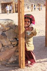 Bedouin Child (Isengardt) Tags: bedouin beduin beduine child kind waterbottle wasserflasche flasche bottle water sand wüste desert balken hut hat dorf village egypt hurghada ägypten steine stones mauer wall neugierig wissbegierig curious snoopy canon eos 550d 1855mm